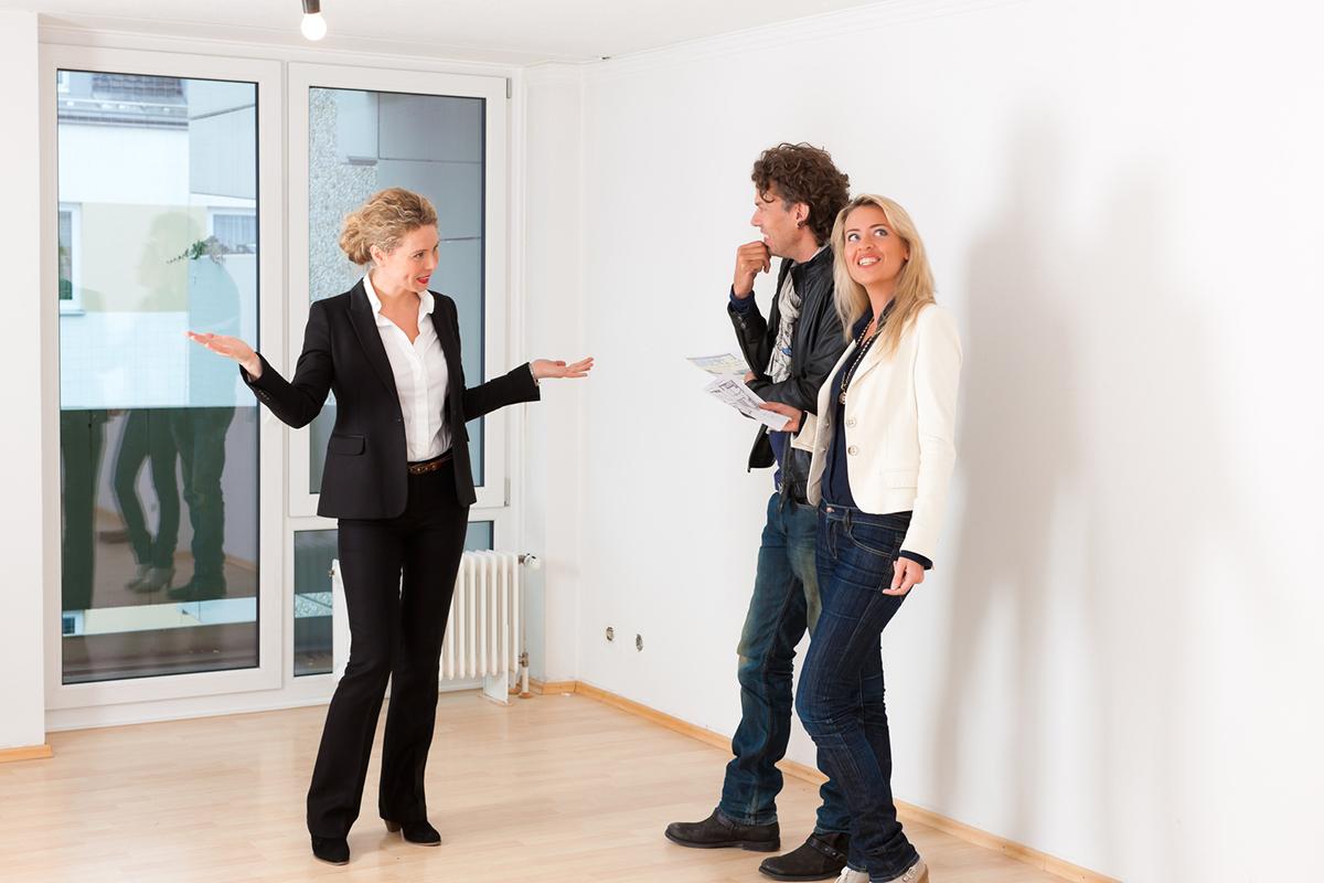 Персонал и клиенты агентства недвижимости